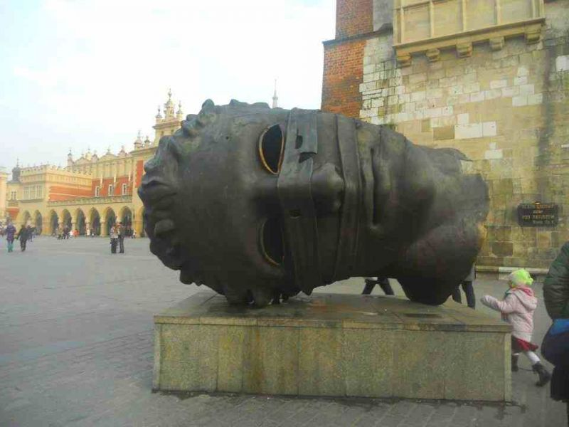 evropski-gradovi/krakov/krakow-skulptura-velika-glava.jpg