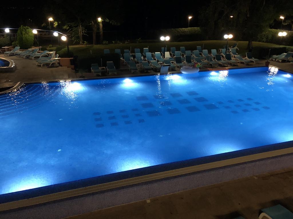 Hotel Belvi Bazen Noću